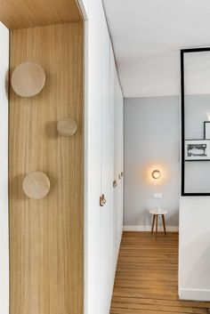 Appartement Paris Marais : un 25 multifonction - Côté Maison The Effective Pictures We Offer You About hallway flooring A quality picture can tell you many things. Small Apartments, Small Spaces, Door Design, House Design, Design Art, Painted Wood Floors, Apartment Door, House Siding, Suites