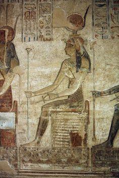 Detalle representativo de la Diosa HATHOR en un mural de la capilla interior construido durante la Dinastía Ptolomeica como centro de culto a ella en Deir el-Medina cerca de la actual Luxor.
