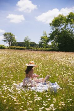 this would be a dream, but unfortunately I'm allergic to daisies. :( pictures nature Daylesford, Cotswolds - The Londoner Spring Aesthetic, Nature Aesthetic, Blue Aesthetic, Aesthetic Women, Aesthetic Gif, Aesthetic Backgrounds, Outdoor Pics, Summer Dream, Summer Sky
