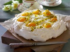 Easter Pavlova with lemon cream and passion fruit sauce Grandma Cookies, Danish Food, Healthy Cake, Easter Brunch, I Love Food, I Foods, Holiday Recipes, Food And Drink, Cooking Recipes