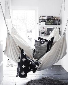 Neben Mode, ist auch Interior meine große Leidenschaft. Ich denke, dass es wichtig ist sich in den eigenen 4 Wänden wohlzufühlen und sich nach einem langen Arbeitstag im eigenen Heim richtig entspannen zu können. Derzeit habe ich total das Verlangen mein Schlafzimmer neu auszumalen und umzugestalten. Gedacht und getan! Vor einigen Tagen bin ich …