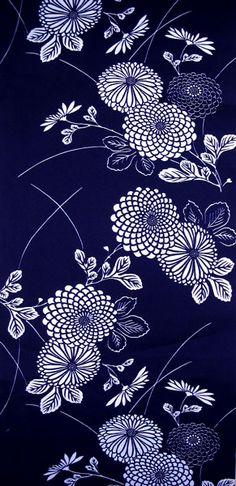 Fleurs géométriques avec jeux enfant. Very soft indigo yukata with an overall pattern of mums.
