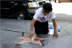 Tito cleans the star of his brother Michael Jackson! Tito Jackson, Jackson Family, Jackson 5, Familia Jackson, Invincible Michael Jackson, Photos Of Michael Jackson, King Of Music, The Jacksons, Hollywood Walk Of Fame