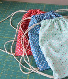 Fabric Backpacks Little backpacks in Hazel dots, Cluck Cluck SewLittle backpacks in Hazel dots, Cluck Cluck Sew Drawstring Backpack Tutorial, Drawstring Bag Pattern, Drawstring Bag Tutorials, Backpack Pattern, Drawstring Bags, Steampunk Mode, Old School Style, Cluck Cluck Sew, Little Backpacks