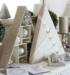お気に入りのクリスマスオーナメントをぴったりに収めて、飾って愉しめるツリー形のカルトナージュ・ボックス。好きなデザインで、思いどおりのサイズに作れるカルトナージュならではの楽しみ方です。きめ細かい工夫もぜひチェックして♪ Advent Calendar, Christmas Crafts, Boxes, Holiday Decor, Handmade, Home Decor, Cartonnage, Crates, Hand Made