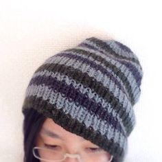 使いやすい定番のリブ編みニット帽を編みました♪ブルー・グリーン・チャコールグレー3色のボーダーがあらゆるスタイリングに合わせやすいアイテムです。伸縮性が良く、... ハンドメイド、手作り、手仕事品の通販・販売・購入ならCreema。