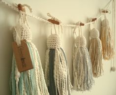 Guirnalda de borlas y crochet - Crochet - Tejidos de Punto - 494717 Crochet Garland, Crochet Yarn, Diy Tassel, Tassels, Crafts To Make, Arts And Crafts, Fru Fru, Passementerie, Artisanal