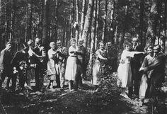 W Lesie Bielańskim w dni świąteczne, 1930 r. Ze zbiorów rodzinnych Ryszarda Komendarczyka. APW