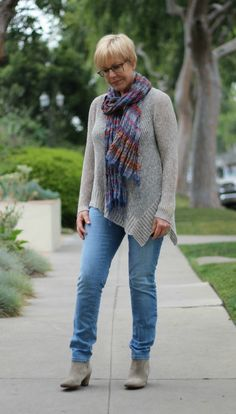 Casual weekend look with light wash jeans. Une femme d'un certain age