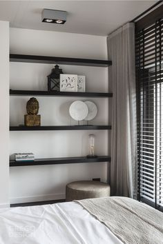 """Elegant room with wooden blinds from Zonnelux, combined with curtains. The dark shelves contrast well with the white wall. Photo: Denise Keus – """"Lifestyle"""" – © Sanoma Regional Belgium N. Farmhouse Master Bedroom, Home Bedroom, Bedroom Decor, Bedroom Blinds, Blinds Curtains, Bedrooms, Stylish Bedroom, Bedroom Inspo, Bedroom Ideas"""