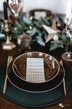 #tischdekoration #weihnachten #festlich  Erdiges Braun trifft auf sanftes Waldgrün und warme Holztöne. Bloggerin @Seelensachen holt sich mit ihrer Tischdekoration die Farben der Natur nach Hause.  Auf ROOMBEEZ findet Ihr diese und weitere schöne Tischdeko-Inspirationen!★