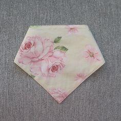 Babador bandana dupla face, confeccionado em tecido 100% algodão, fechamento com botão de pressão.