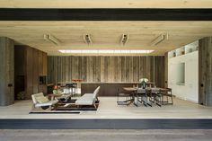 Offene Küche mit sehr edlem Wohnzimmer aus Holz