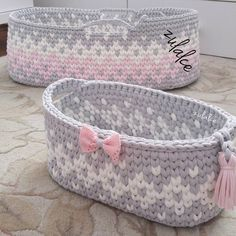 Pale gray, white and pink baskets with colorwork pattern. Crochet T Shirts, Crochet Cap, Crochet Home, Crochet Crafts, Crochet Doilies, Crochet Projects, Accessoires Divers, Crochet Decoration, Beautiful Crochet