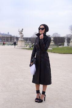 Mariah Bernardes de trench coat de couro