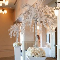 ARBOL LED ESPECIAL Arbol con flores en acrilico e iluminacion LED. 208 luces. Viene con tres bases. Dimensiones: Bases 1.80 cm. Altura total de arbol: 2.75 cm