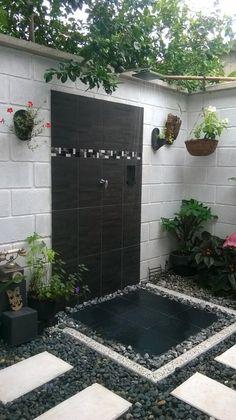Un espectacular baño de aspecto envejecido en una casa 'al aire libre '