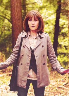 Women Of Doctor Who : Elizabeth Sladen as Sarah Jane Smith. Sadie Miller, Sarah Jane Smith, Doctor Who Companions, Female Hero, Mid Length Hair, Don't Blink, Torchwood, Friend Photos, Hair Lengths