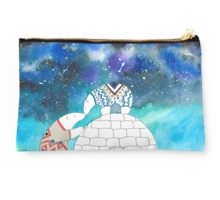 Studio Pouch @redbubble #studiopouch #bag #fashion  Polar bears kisiing under the night sky full of stars. Watercolor, ink, and digital. #art #design #artist #polarbears #polarbear #animalart #love #illustration #cosmic #stars #winter #arctic #planetearth #watercolor #design