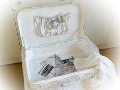 **Ein Vintage - Leder - Koffer mit Messingbeschlägen, der schon viele Länder bereist hat, sucht einen ruhigen Heimathafen.** **Shabby Weiß gestrichen, grau patiniert, zeugen die Gebrauchsspuren...