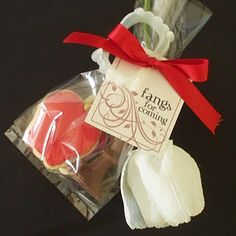 Fun Twilight party favor bags (apple cookie, chocolate chess piece, red ribbon, and white tulip like the book covers!)