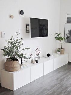 Weißes Wohnzimmer Mit Grauem Boden Und Ikea Besta Sideboard Viel Stauraum  Flachbildschirm   Dekoriert Mit Kombination