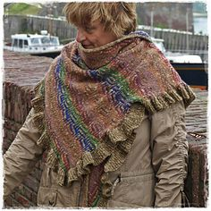Raven's Maze is a shawl in the shape of a right angle triangle of 77 x 190 cm (altitude x hypotenuse).