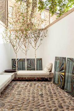 Una casa minimalista (3) patio, piedra, cuadros