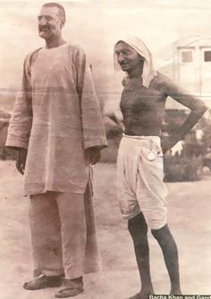 Mahatma Gandhi with Ghaffar Khan (Bacha Khan) Rare Old Unseen : India Pictures - Funny India Pics & Photos Harry Potter Wallpaper, History Images, History Facts, Rare Pictures, Rare Photos, Vintage Photographs, Quotes Wolf, Mahatma Gandhi Photos, Afghanistan Culture
