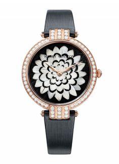 Premier Feathers qui s'inscrit dans le sillage de la toute première collection de montres lancées par Harry Winston. Montre Premier Feathers en or blanc et diamants, cadrans en marqueterie de plumes de paon et faisan commun Collection 2012