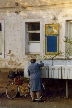 Briefträgerin. Postwoman delivering mail at Moritzburg, Dresden DDR. 8 November 1989