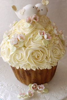 Love Birds Golden Wedding Giant Cupcake Cake - I don't care for cupcakes or understand why they're so popular, but I have to say this is really beautiful! Beautiful Cupcakes, Cute Cupcakes, Gorgeous Cakes, Wedding Cupcakes, Pretty Cakes, Amazing Cakes, Wedding Cake, Beautiful Roses, Ladybug Cupcakes