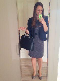 Das perfekte Outfit zum Vorstellungsgespräch ! Absätze nicht höher als 5cm, Strumpfhose seidenmatt, schlichte Tasche, gedeckte Farben! Kleid knielang, nicht kürzer ! Wenig schmuck: Ring, Uhr, Perlenohrringe