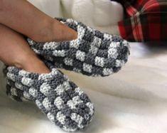 Women's knit slippers acrylic / knitted slippers women / gift for women / gift for her / vegan yarn / vegan yarn - Pantuflas de ganchillo - Elf Slippers, Knitted Slippers, Womens Slippers, Wool Shoes, Knit Shoes, Purple Slippers, White Slippers, Crochet Wool, Knitting