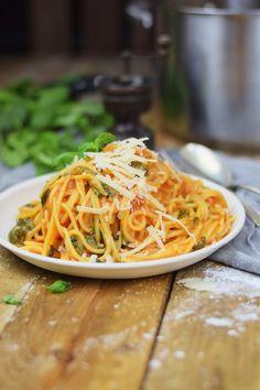 One Pot-Pasta mit Basilikum, Tomaten und Spinat