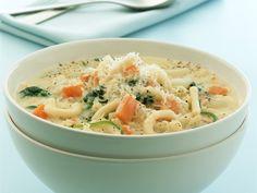 Käsesuppe mit Gemüse und Nudeln   Zeit: 30 Min.   http://eatsmarter.de/rezepte/kaesesuppe-mit-gemuese-und-nudeln