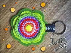 Schlüsselanhänger von Hono Lulu (dawanda) bzw. fummelhummel Taschenbaumler Button Applikation Nähen Blume Prilblume Häkelblume Filz Cam Snaps bunt retro lila  rot orange grün blau rot gelb flieder