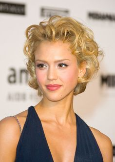 Is that Marilyn Monroe? Jessica Alba channeled the Hollywood icon with her cropped curls at the 2005 Cannes Film Festival. Short Curly Haircuts, Curly Hair Cuts, Short Hair Cuts, Short Hair Styles, Curly Short, Curly Bob, Pixie Haircuts, Jessica Alba Short Hair, Curled Hairstyles