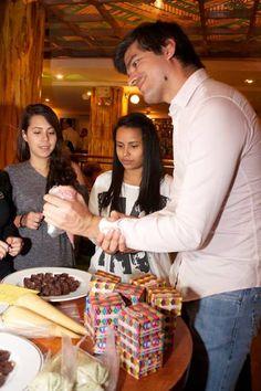 Rellenando Bombones de cacao venezolano con EspacioChocolaT