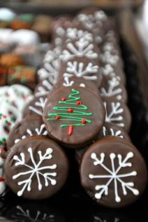 Chocolate dipped Oreo cookies and lots of other cute easy holiday sweets Christmas Sweets, Christmas Cooking, Noel Christmas, Christmas Goodies, Christmas Candy, Winter Christmas, Christmas Chocolates, Christmas Sprinkles, Xmas Holidays