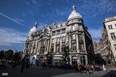 Huizenblok op de hoek van de Suikerrui en de Ernest van Dijckkaai. Opgericht in 1903 als één groot kantoorgebouw. De meer dan levensgrote beelden zijn het werk van Jef Lambeaux