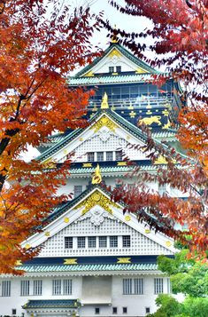 Osaka Castle. #Kansai has some of the most stunning fall foliage in the country, and come mid October, cities throughout the region are ablaze with vibrant hues of yellow, oranges and reds. Click pin through to post for more info! #Japan