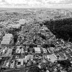 A favela de Paraísopolis conta com mais de 100 mil habitantes e hoje é a segunda maior favela de SP. Sobre o terreno que em 1921 daria lugar a um loteamento para casas de classe alta famílias de baixa renda e principalmente migrantes foram se instalando. Em meados da década de 70 cerca de 20 mil moradores já ocupavam a área que é vizinha de condomínios luxuosos do bairro do Morumbi. Foto by @febrisolla #saopaulocity #paraisopolis Conheça também nosso site www.spcity.com.br