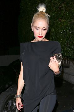 Gwen Stefani Heads Out For a Night With Friends: Photo Gwen Stefani looks gorgeous in head-to-toe black with bright red lips as she exits Giorgio Baldi restaurant on Sunday night (August in Santa Monica, Calif. All Black Fashion, Love Fashion, Petite Fashion, Red Lipstick Outfit, Looks Rihanna, Gwen Stefani Style, Black Magic Woman, Dinner Outfits, Future Fashion