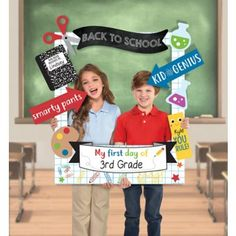 Capture the best back-to-school pictures with this Back to School Customizable Graduation Photo Frame Kit! The large cardboard frame features a grid paper background with printed doodles on it. First Day Of School Pictures, 1st Day Of School, School Photos, School Picture Frames, School Frame, Back To School Party, School Parties, Back To School Gifts For Kids, Back To School Breakfast