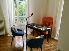 Bureau cosy avec coussin à tête de chien Croissy Sur Seine, Corner Desk, Beautiful Homes, Furniture, Home Decor, Desk, Dog, Corner Table, House Of Beauty