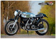 motos et deux roues — Uber cool Cafe style! Norton Motorcycle, Retro Motorcycle, Cafe Racer Motorcycle, Motorcycle Style, Style Cafe Racer, Cafe Style, Vintage Cafe Racer, Cool Cafe, Cool Motorcycles