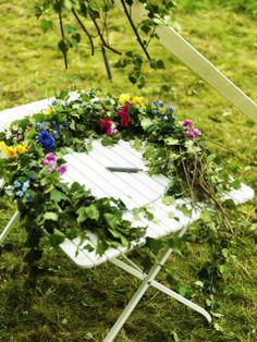 Rovnakým spôsobom, ako ste vyrábali veniec na hlavu 'midsommarkrans', pripravte z kvetov a lístia dva veľké vence.  www.IKEA.sk
