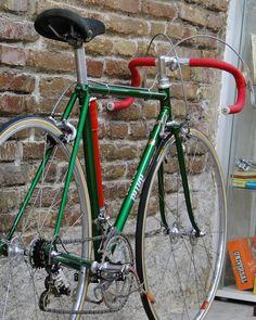 Bicicleta  fabricada a medida en los años 70's con tubería reynolds531 y equipadas con los mejores componentes de la época, esta es una que ya tiene dueño! ❤️ .  Campagnolo Super Record groupset .  #monsieurvelo #lifestyle #Bikeshop #Barcelona #campagnolo #campy #superrecord #cinelli #handmade #vittoriatires #3ttt #steelisreal #roadbike #vintagebike #vintage #classicbike #bikeporn #bikelove #velo #bicycle #bike #biking #collector #eroica #antique #oldbike #silca #mavic