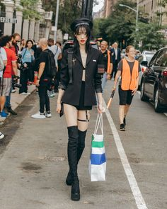 New York Fashion Week, Street Style. Model Sora Choi after the Tory Burch Spring 2019 show. Asian Street Style, New York Fashion Week Street Style, Japanese Street Fashion, Tokyo Fashion, Hipster Fashion, Harajuku Fashion, Grunge Fashion, Korean Fashion, Japanese Street Styles
